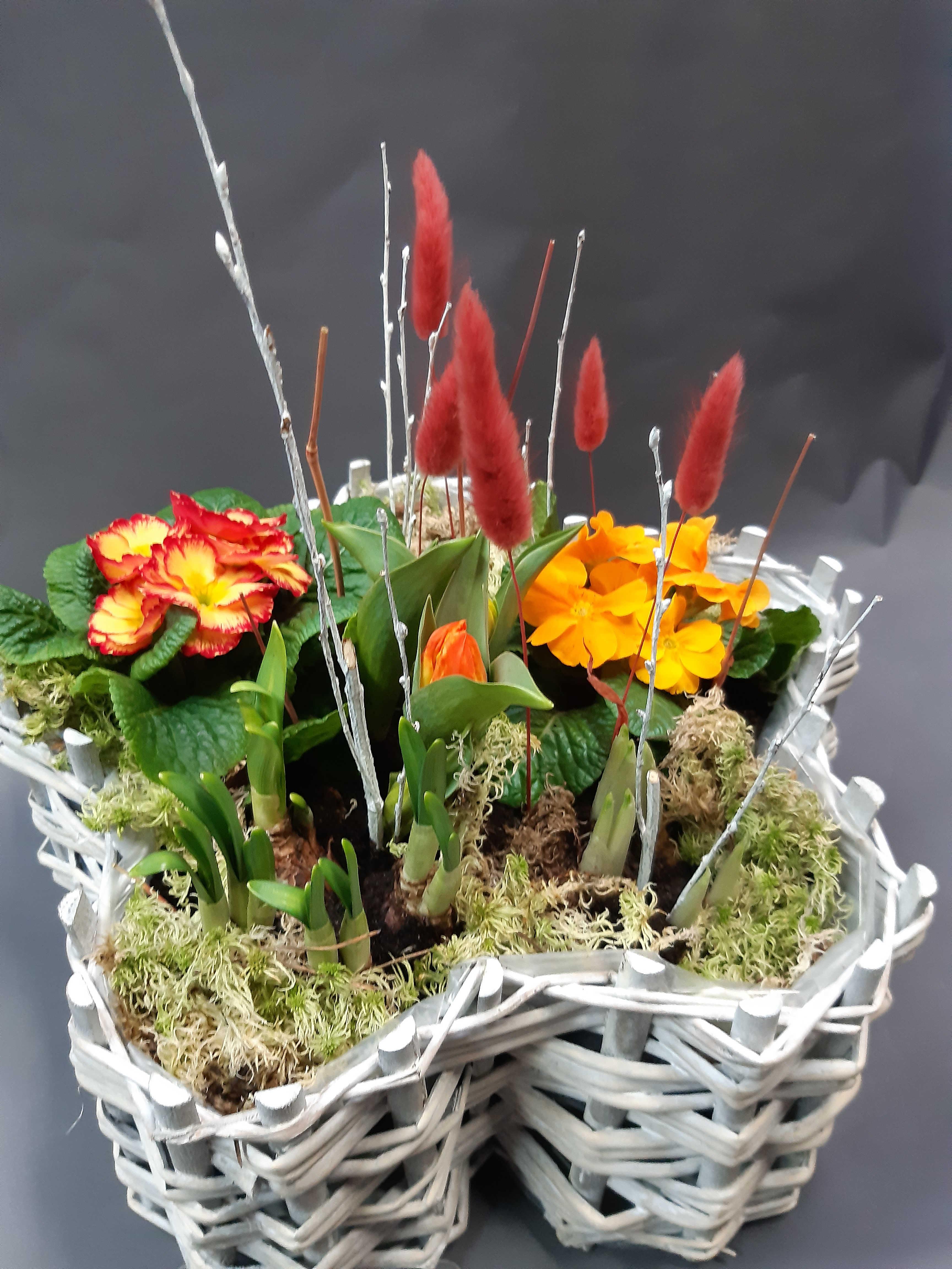 Bepflanzter Blumenkorb mit Blumen der Saison für draußen